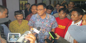 Moh Jumhur Hidayat (Tengah), Nasihin (Samping Kanan) Saat Konferensi Pers Di Cikini Jakarta
