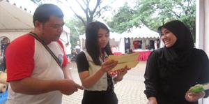 Muhidin sedang member penjelasan pada mahasiswa pengunjung stand Azno Team
