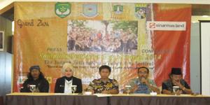 Keterangan foto, dari kiri ke kanan: Cing Gondrong, Hj. Yemmelia, Syahrilnaldin, H. Salman Faris, Abah Mustaya Foto: Iskandar